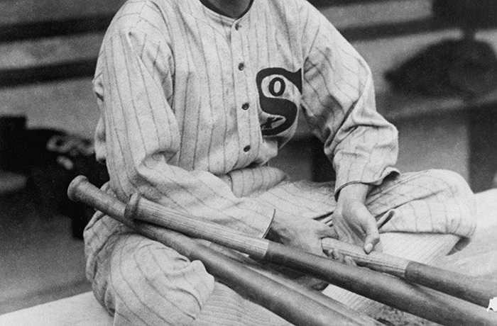Đầu thế kỷ 20, cầu thủ bóng chày Joe Jackson được đặt biệt danh 'Shoeless' khi bỏ giày và chạy bằng đôi tất khi thi đấu. Tuy nhiên, Joe nổi tiếng với vụ bê bối 'Black Sox', khi anh và một cầu thủ khác bị cáo buộc hối lộ tại giải World Series năm 1919. Năm 2001, cái tên Shoeless Joe Jackson lại được truyền thông chú ý khi chiếc gậy bóng chày có tên 'Black Betsy' của anh được bán trên eBay với giá 577.610 USD.