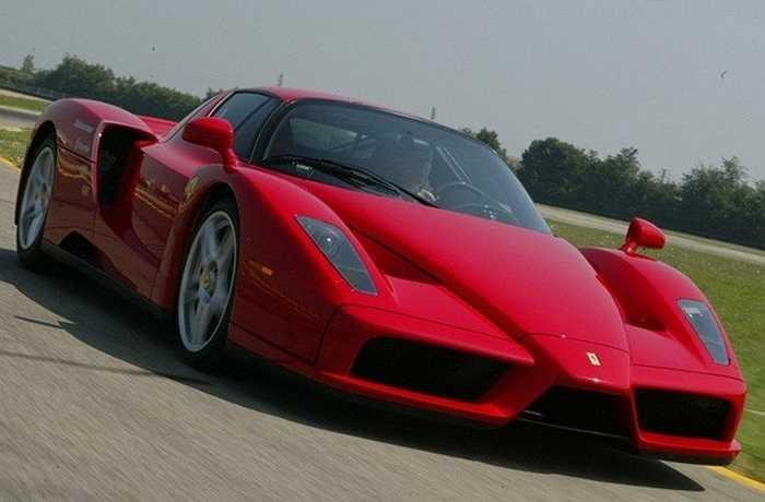 Enzo Ferrari không chỉ là một trong những siêu xe thể thao đỉnh nhất trên thị trường mà còn là dòng hiếm nhất. Với chỉ 339 chiếc được sản xuất, chiếc xe màu đỏ nóng bỏng này còn nổi tiếng với tốc độ cao. Vì vậy, khi chiếc Enzo Ferrari này được rao bán trên eBay vào năm 2004, giá của nó không ngừng được đẩy lên. Chiếc xe cuối cùng thuộc về một người Thụy Sĩ với giá 1 triệu USD.