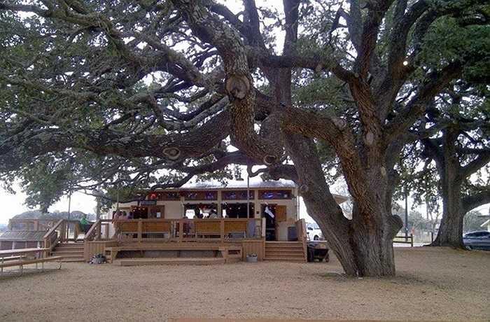 Năm 2003, thị trấn nhỏ Albert, tại bang Texas, Mỹ được rao bán trên eBay. Một nhà môi giới bảo hiểm tên Bobby Cave đã mua thị trấn này với giá chỉ 216.000 USD và bán lại trên eBay vài năm sau đó với giá 2,5 triệu USD. Thị trấn này chỉ có 5 cư dân nhưng nổi tiếng với vị trí giữa Fredericksburg –Blanco.