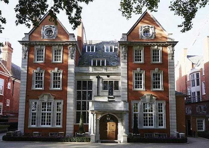 Nằm trên con phố đắt nhất London và cũng thuộc hàng đắt nhất thế giới Kensington Palace Garden, hàng xóm của người đẹp 30 tuổi là rất nhiều đại sứ, trong đó có cả tổ ấm của Hoàng tử Anh William và Công nương Kate Middleton.