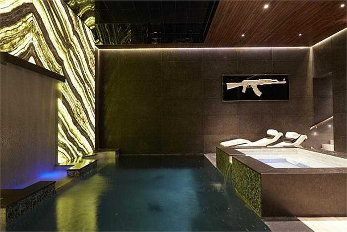 Bể bơi trong nhà kèm bồn tắm nước nóng. Đây là nơi thư giãn ưa thích của gia đình Tamara.
