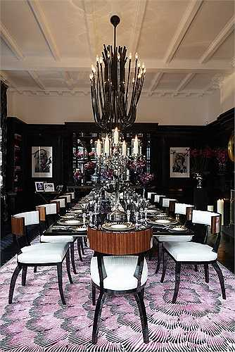 Bàn ăn đẹp lộng lẫy bên trong phòng bếp của dinh thự với số ghế đủ cho 12 người.