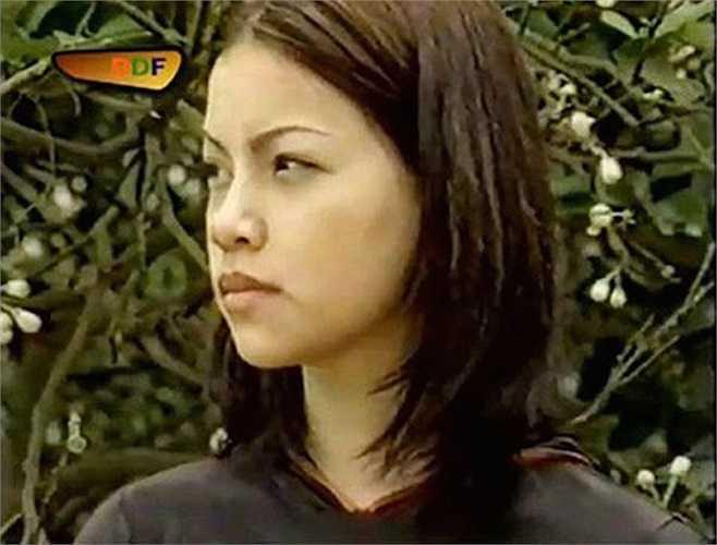 Nét mộc mạc khi trút bỏ son phấn của Hồ Ngọc Hà trong bộ phim Hoa cỏ may năm 2001, lúc này cô đang học năm 2 trường Cao đẳng Văn hóa Nghệ thuật Quân đội.