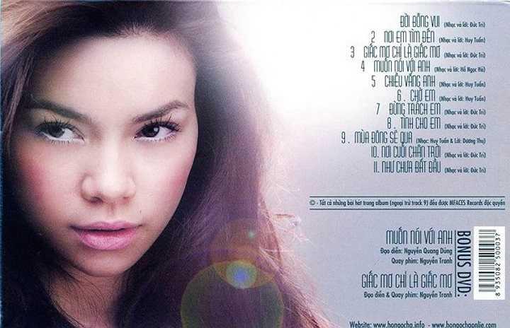 Năm 2004, trên bìa đĩa album đầu tiên sau khi lấn sân ca hát '24 giờ 7 ngày', Hồ Ngọc Hà mang đến nét xinh xắn nữ tính hơn nhờ trang điểm theo phong cách khác.