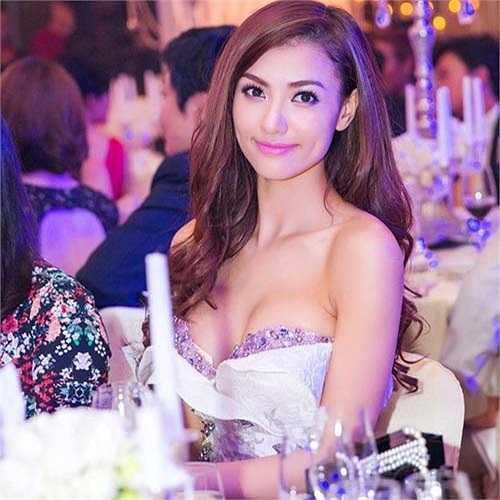 Trong những mẫu váy cúp ngực và trang phục khoét hở sexy, Hồng Quế tự tin phô trương đôi gò bồng đảo căng tràn, hấp dẫn.