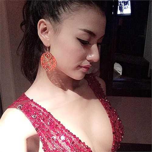Với thời trang dự tiệc, Hồng Quế cũng chọn cách bỏ quên nội y.