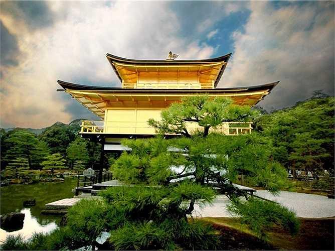 Hãy chú ý đến sự kết hợp hài hòa giữa Kim Các Tự, hay còn gọi là chùa Gác Vàng ở Tokyo, Nhật Bản và khu vườn thiết kế theo phong cách từ thời Muromachi xung quanh nó.