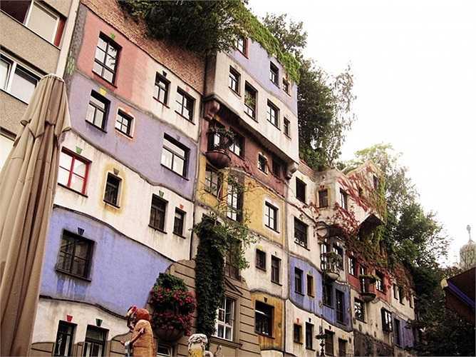 Ngôi nhà nghệ thuật mang tên của vị họa sĩ kiêm kiến trúc sư người Áo Hundertwasser, là một trong những công trình kiến trúc độc đáo, luôn thu hút lượng lớn khách du lịch.