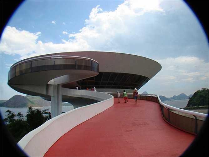 Bảo tàng nghệ thuật đương đại ở Rio de Janeiro, được thiết kế theo hình một chiếc đĩa bay giữa vịnh Guanabara, Brazil.