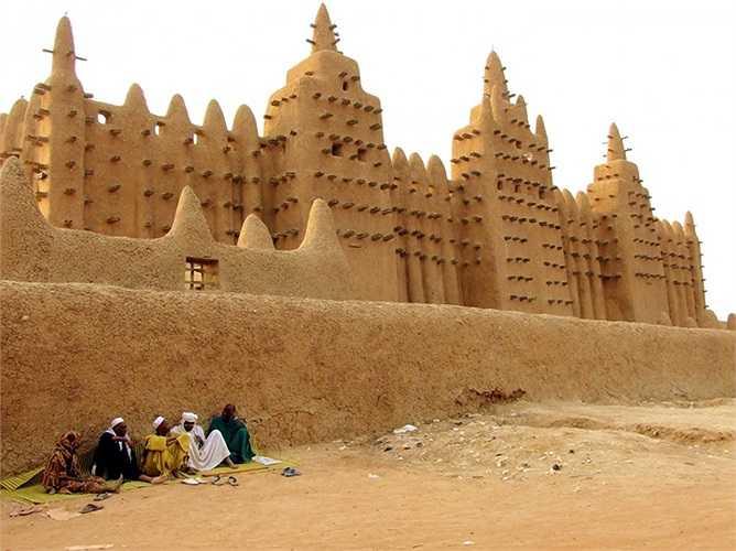 Nhà thờ hồi giáo lớn ở Djenné nằm ở miền trung của Mali là công trình kiến trúc bằng gạch bùn lớn nhất thế giới.