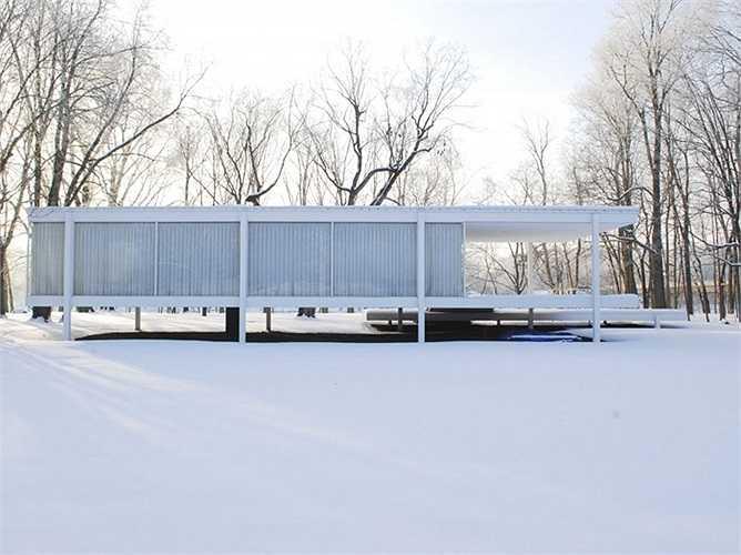 Ngôi nhà Farnsworth tọa lạc tại thị trấn Plano, Illinois, là kiệt tác của kiến trúc sư người Đức Mies van der Rohe. Được hoàn thành vào năm 1951 và sửa chữa vào năm 1972, 1996, ngôi nhà được xây dựng cách mặt đất gần 150cm nhờ các cọc đỡ bằng thép