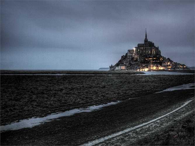 Tu viện trên Đảo Mont Saint Michel nằm ở vùng Normandy của nước Pháp. Sự hùng vĩ và dáng vẻ bên ngoài bí ẩn như một tòa lâu đài trong cổ tích của tu viện đã khiến các nhà làm phim Hollywood lựa chọn nơi này để quay bộ phim Chúa tể của những chiếc nhẫn.
