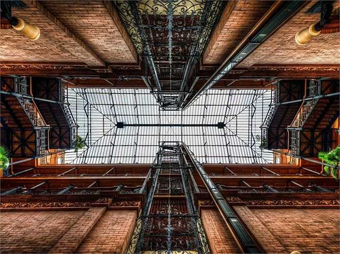 Tòa nhà Bradbury Building được xây dựng từ năm 1983 là một trong những tòa nhà lâu đời nhất ở Los Angeles.