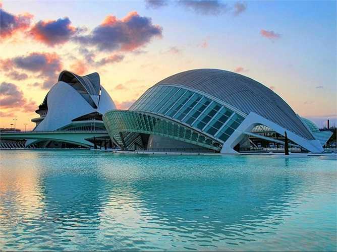 Thành phố Nghệ thuật và Khoa học là một khu liên hợp giải trí văn hóa và kiến trúc cực kỳ hiện đại được xây dựng ở hạ lưu sông Turia, thành phố Valencia, Tây Ban Nha. Toàn bộ khu phức hợp được thiết kế bởi hai kiến trúc sư tên tuổi tài ba lừng danh khắp Tây Ban Nha, Santiago Calatrava và Félix Candela.