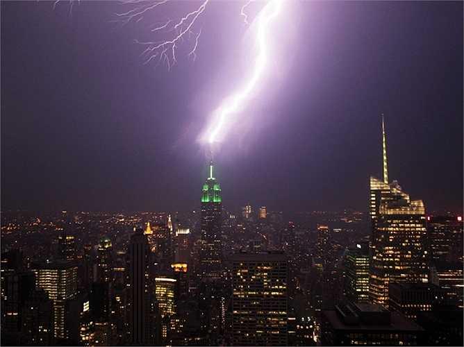 Sau khi tòa nhà Empire State mở cửa vào năm 1931, nó được coi là tòa nhà cao nhất thế giới trong gần 40 năm. Tòa nhà này vẫn còn thu hút rất nhiều sự chú ý, thậm chí cả bầu trời.
