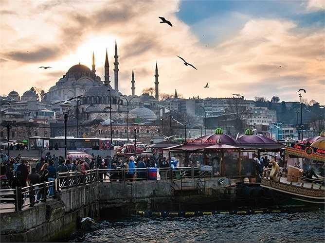 Thánh đường Hồi giáo Süleymaniye là một trong hai nhà thờ Hồi giáo lớn nhất Istanbul. Nhà thờ là công trình tâm huyết của Sinan, kiến trúc sư trưởng dưới thời đế chế Ottoman, thế kỷ 16.