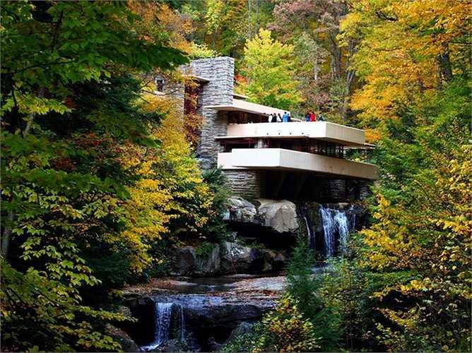 Kiệt tác vượt thời gian Fallingwater là ngôi nhà được xây trên thác nước, gắn liền với tên tuổi của Frank Lloyd Wright. Ông là một trong những biểu tượng vĩ đại, là một tài năng kiến trúc lỗi lạc có tầm ảnh hưởng to lớn trong thời kỳ đầu thế kỷ 20 của nước Mỹ nói riêng và cả thế giới nói chung. Ngôi nhà tọa lạc tại vùng nông thôn phía Tây Nam tiểu bang Pennsylvania