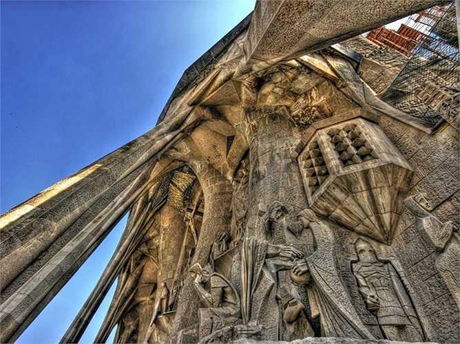 Vương cung thánh đường Nhà thờ ngoại hiệu Thánh Gia, thường được gọi là Sagrada Família, là nhà thờ công giáo lớn được xây dựng năm 1882 ở Barcelona, Tây Ban Nha. Cho đến nay nhà thờ vẫn đang được xây dựng.