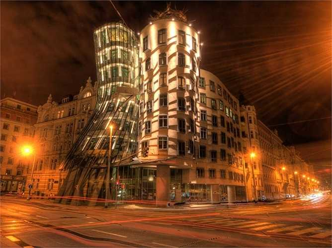 Tòa nhà khiêu vũ ở Prague, nguyên tên là 'Fred and Ginger', có hình dáng giống như một cặp đôi đang khiêu vũ.