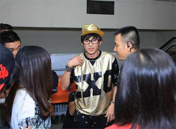 Hoài Linh xuất hiện với vị trí MC bảng Học sinh - sinh viên của 'Tôi toả sáng' với trang phục xì tin không kém thí sinh