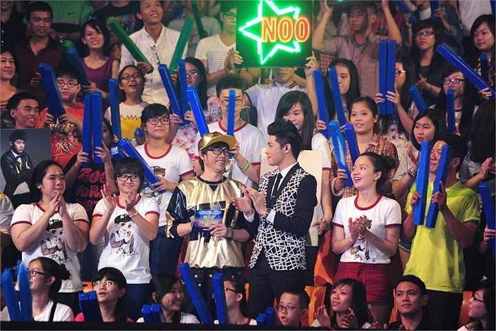 Tuy nhiên, nam giám khảo liên tục 'đá xoáy' về việc cưa sừng làm nghé của MC Hoài Linh trong trang phục không thể xì tin hơn.