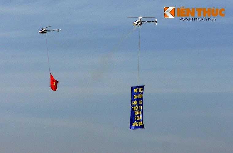 Mô hình trực thăng bay biểu diễn với lá cờ Tổ quốc và băng rôn kỷ niệm 55 năm thành lập Trường.