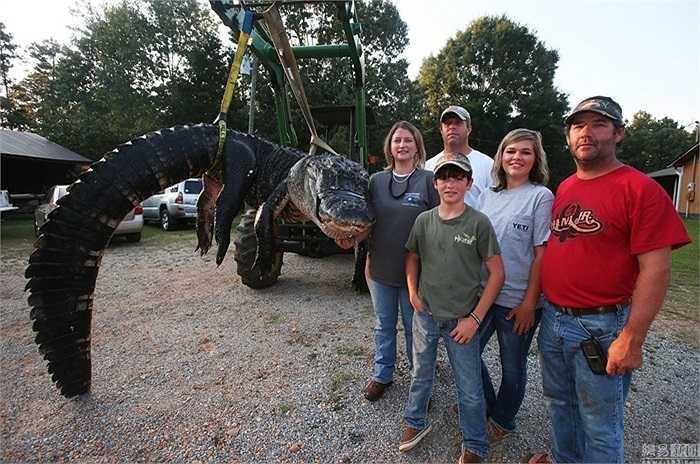 Gia đình Mandy Stokes chụp ảnh kỷ niệm với con cá sấu