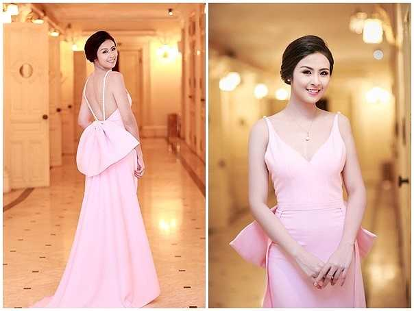 Ngọc Hân khá duyên dáng và quyến rũ trong bộ đầm tông màu hồng pastel trang nhã. Thiết kế gam màu nhẹ nhàng được cho là phù hợp vóc dáng người mặc. Điểm nhấn lưng trần thêm phần gợi cảm, nơ lớn cũng tạo sự mới mẻ cho bộ đầm dạ tiệc.