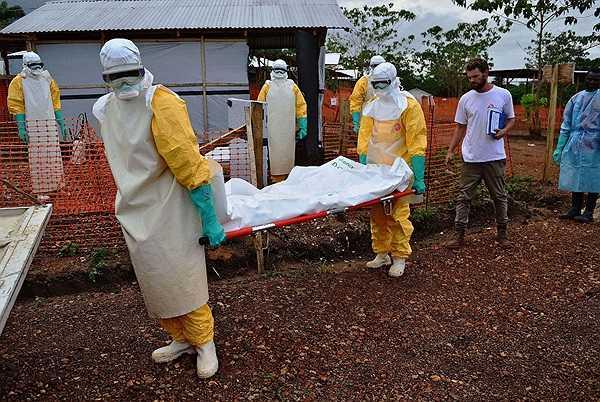 Nhân viên y tế thuộc tổ chức Bác sỹ không biên giới chuyển xác một nạn nhân nghi ngờ mắc Ebola ở Kailahun hôm 17/8.