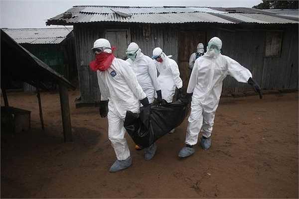 Nhân viên y tế đang chuyển một thi thế qua đời vì nhiễm Ebola tại Liberia.