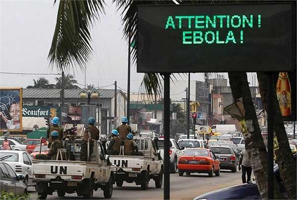 Quân đội của Liên hiệp quốc đang hộ tống chiếc xe tuyên truyền dịch bệnh Ebola trên đường phố tại Abidjan.