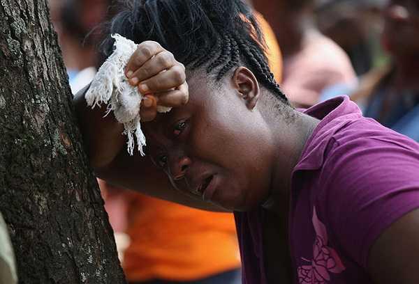Người phụ nữ ở Liberia khóc vật vã trong đám tang anh họ qua đời vì nhiễm Ebola.