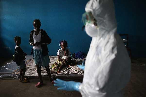 Một nhân viên y tế đang phổ biến cách phòng dịch cho người dân tại khu cực cách ly Ebola tại Liberia.