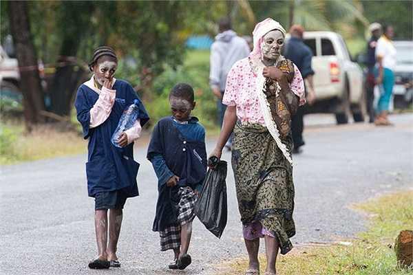 Khuôn mặt sơn trắng của 3 mẹ con một gia đình có đám tang tại Liberia.