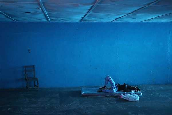 Một người đàn ông nằm tại khu cách ly dịch bệnh ở Liberia.