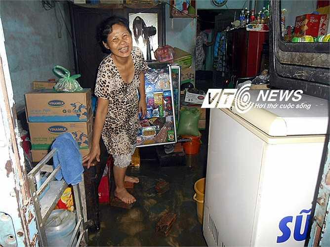 Nước tràn vào nhà, cuộc sống người dân đảo lộn. Ảnh: Phan Cường