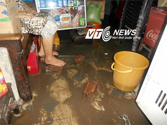 Nước bẩn, bùn đen dưới cống với mùi hôi thối, ảnh hưởng nhiều đến sức khỏe người dân. Ảnh: Phan Cường