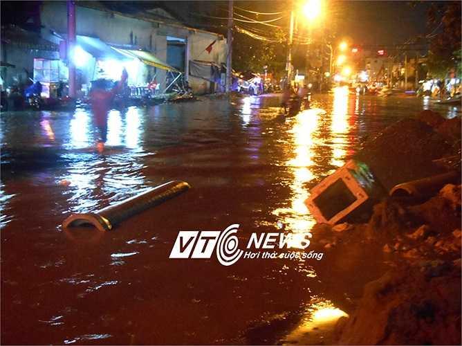 Nhiều ống cống bị nước kéo trôi ra giữa đường. Ảnh: Phan Cường
