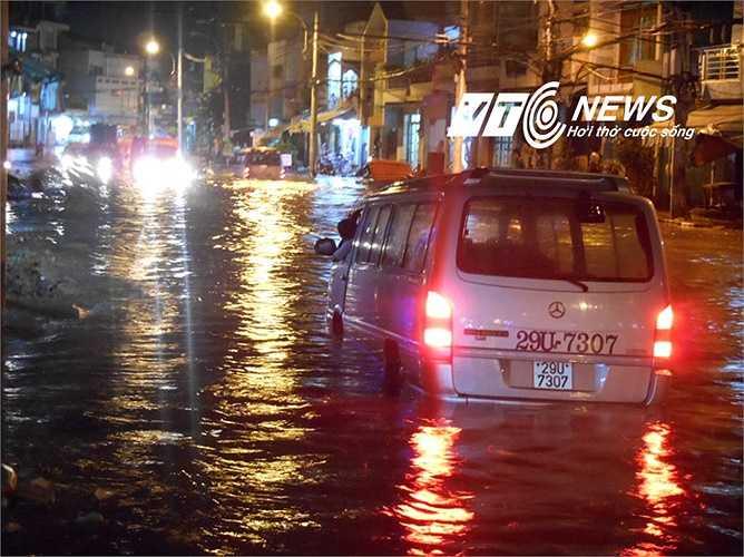 Ô tô ngập nước 'chết' giữa đường. Ảnh: Phan Cường