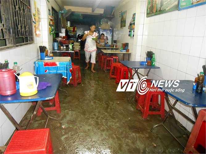 Hàng quán ế ẩm vì ngập nước. Ảnh: Phan Cường