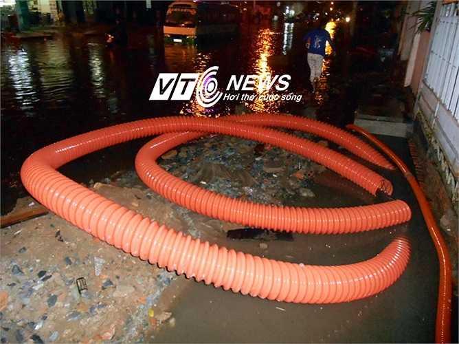 Đường ống nằm ngổn ngang trên đường Tân Hóa. Ảnh: Phan Cường
