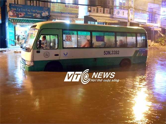 Xe buýt chết máy, tài xế và hành khách ngồi hàng giờ trên xe để chờ nước rút. Ảnh: Phan Cường