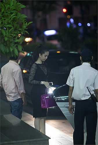 Tối ngày 16/8, Ngọc Trinh cùng đàn em Linh Chi góp mặt tại một sự kiện diễn ra ở trung tâm TP.HCM. Khi sự kiện kết thúc, 'nữ hoàng nội y' và đàn em rủ nhau đi shopping ở một trung tâm thương mại gần đó.