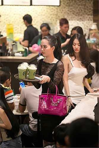 Cặp bạn thân tiếp tục gây chú ý khi xuất hiện tại một quán cà phê đông đúc ở trung tâm Sài Gòn.