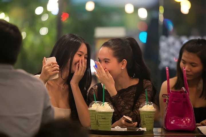 Cả hai người mẫu cười nói vui vẻ. Ngọc Trinh sinh năm 1989, lớn hơn Linh Chi một tuổi nên cả hai khá tâm đầu ý hợp. Thời gian Linh Chi mới gia nhập công ty quản lý, 'nữ hoàng nội y' là người trợ giúp hình ảnh và tư vấn trang phục cho đàn em. Hiện Linh Chi đã là một trong những người đẹp có gu thời trang riêng nhưng cô vấn luôn học hỏi và nhận sự giúp đỡ từ Ngọc Trinh.