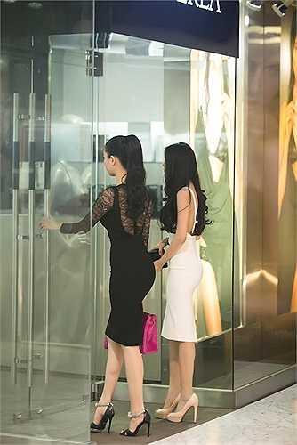 Hai nữ người mẫu diện trang phục có tông màu trung tính - trắng, đen, đối lập nhưng không kém cạnh nhau khi cùng đồng hành tại sự kiện.