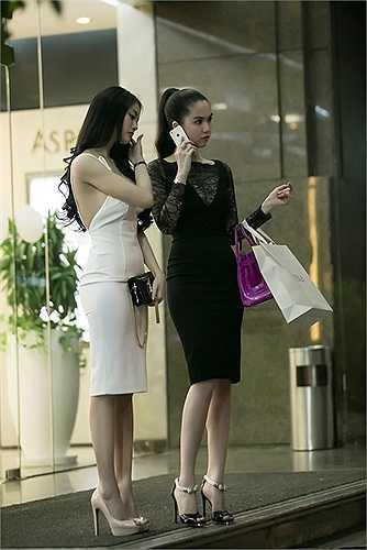Cả hai rời cửa hàng sau khi đã chọn mua những sản phẩm ưng ý.