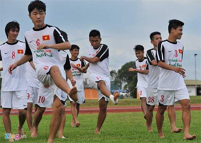 Trong buổi tập duy nhất trước trận đấu với U21 Campuchia, BHL bố trí các tiền đạo tập sút xa trong khi hàng hậu vệ rèn khả năng phán đoán, bọc lót cho nhau ở bài phòng ngự gôn tôm kéo dài hơn 20 phút.