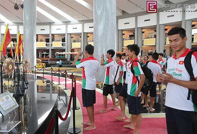 Sau trận hòa 2-2 trước U21 Brunei, đội U19 có ba ngày nghỉ trước khi bước vào trận cuối cùng gặp U21 Campuchia thứ hai tuần tới. Các cầu thủ chụp ảnh lưu niệm tại Bảo tàng nhà vua Brunei.