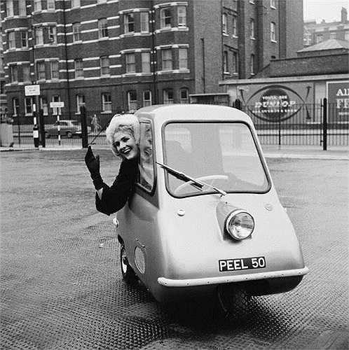 6. Peel P50 (4.420 USD). Năm 1962, Peel Engineering trình làng P50. Đây có thể coi là chiếc xe ô tô dùng trong thành phố tuyệt vời nhất thế giới bởi sự nhỏ gọn đến khó tin.